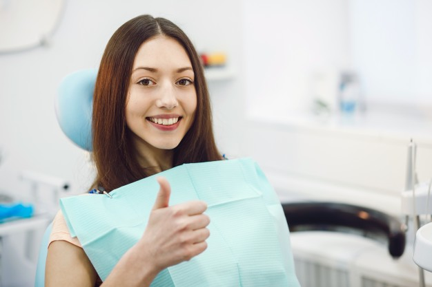 positive-girl-dentist_1153-683
